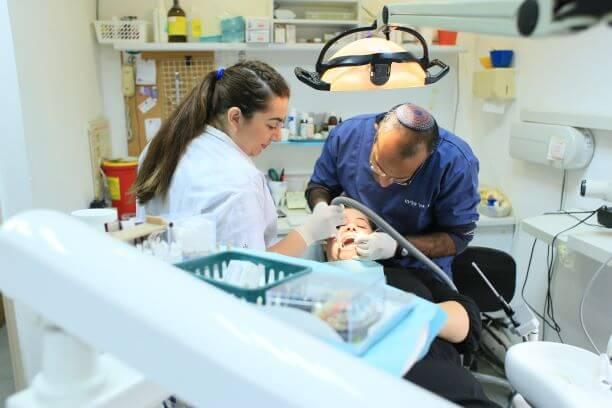 מחיר השתלת שיניים תלוי ברופא